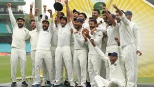 Virat Kohli (L), and the Indian cricket team celebrate winning the Border Gavaskar trophy during day five of the fourth Test match in the series between Australia and India at Sydney Cricket Ground, January 7, Australia(Getty Images)