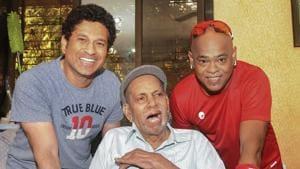 File photo cricket coach Ramakant Achrekar with Sachin Tendulkar and Vinod Kambli in Mumbai.(PTI)