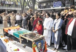 Major Shashidharan V Nair, who was killed in an IED explosion in Rajouri, J&K last week, was laid to rest with a 21 gun-salute and full military honours at the Vaikunth crematorium on Sunday. The pyre was lit at 11.30 am in the presence of Major Nair's family (foreground). Also present were district guardian minister Girish Bapat and MP Anil Shirole.(HT/PHOTO)