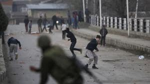File photo of Kashmiri protesters clashing with paramilitary troopers in Srinagar.(AP)