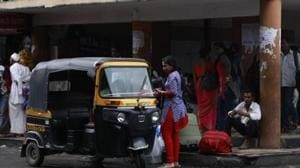 The victim boarded a shared auto from Kashmere Gate and was pushed out of it after being robbed by the auto driver and four others in the vehicle.(HT File / Photo used for representational purpose)