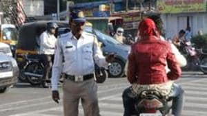 Mumbai Police constable Pandrinath Ramu from riding his bike without a helmet and was stopped by Pawan Sayyadni and two others in Kherwadi.(HT File / Photo used for representational purpose)