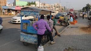 The MCG wants street vendors to stop encroaching space around corporate offices and on roads and set up their stalls at dedicated hawking zones in the city.(HT File)