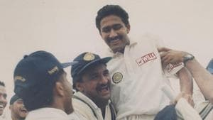 Anil Kumble celebrates with his teammates after picking up 10 wickets against Pakistan.(HT Photo)