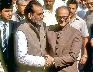 Chandra Shekhar (L) embracing VP Singh after being asked to form the new government in November 1990.(The LIFE Images Collection/Getty)