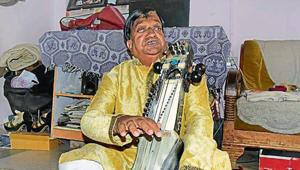 In an environment of growing religious strife, Padma Shri Ustad Moinuddin Khan, Rajasthan's only Sarangi artist, gives a strong message of communal harmony.(HT Photo)