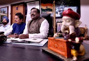 State finance minister Sudhir Mungantiwar and MoS finance Deepak Kesarkar go through the interim budget document at Vidhan Bhavan on Tuesday.(Anshuman Poyrekar/HT Photo)
