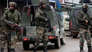 Army soldiers rush near an encounter site where militants hiding at Warpora in Sopore area of Baramulla district. Image for representation.(ANI file photo)