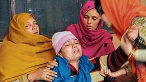 Nitu, wife of CRPF personnel Vinod Kumar, who was killed on Friday, at his funeral. Sakib Ali /ht photo(HT Photo)