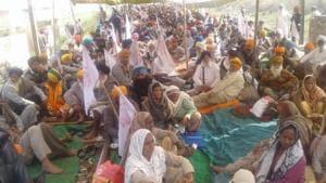 Farmers continue blocking Amritsar-Delhi rail route on second consecutive day.(Photo: Hindustan Times)