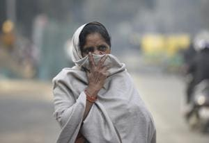A woman covers her face to protect herself from air pollution near Pragati Maidan in New Delhi.(HT file/Biplov Bhuyan)