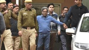 Rajiv Saxena's (centre, in blue) statement was recorded for around three hours in the chamber of additional chief metropolitan magistrate, Samar Vishal.(Sanchit Khanna/HT File Photo)