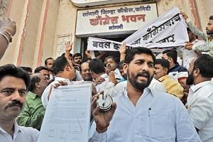 Congress workers took to the streets after the current member of Parliament and Swabhimani Shetkari Sanghatana's founder Raju Shetti sought the Sangli, Wardha or Buldhana seats to join the alliance.(Uday Deolekar/HT Photo)