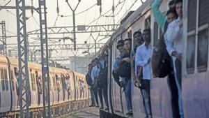 Two days after Western Railway (WR) shut the track crossing at Jogeshwari station, authorities have been finding it difficult to manage the crowd on platforms 1 and 2 and on the foot overbridges (Photo by Pratik Chorge/ Hindustan Times)(Pratik Chorge/HT PHOTO)
