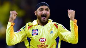 CSK vs RCB - Turning Point: Dhoni bowls Harbhajan out  in the first 8 overs