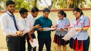 CBSE 2019 question paper analysis: Student of GD Goenka Public School discussing CBSE Class 12 history paper on Monday.(Rajeev Mullick/HT photo)