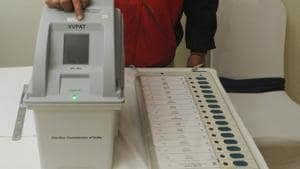 Election Result 2019: January 18, 2019: An electoral officer demonstrates the Electronic Voting Machine (EVM) and Voter Verifiable Paper Audit Trail (VVPAT) during the review meeting of poll preparedness of the state (Photo by Parwaz Khan / Hindustan Times)(Parwaz Khan /HT PHOTO)