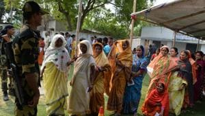 Indian voters queue outside a polling station at Malda in West Bengal on April 23, 2019, during the third phase of the marathon Indian elections.(AFP photo)
