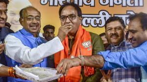 New Delhi: Aam Aadmi Party MLA from Gandhi Nagar Anil Bajpai, is offered sweets as he joins BJP in the presence of party's senior leader Vijay Goel, Shyam Jaju and others during a press conference, in New Delhi.(PTI)