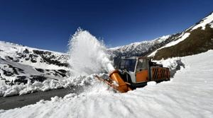 A BRO team removes snow at the Rohtang Pass near Manali in Kullu district on Friday.(HT Photo)