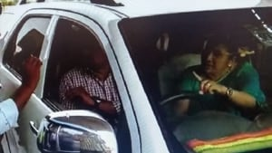 P Venkata Kumari, wife of Andhra Pradesh civil supplies minister Prathipati Pulla Rao arguing with a toll plaza employee over the payment of toll fee.(HT PHOTO)