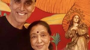 Akshay Kumar meets Asha Bhosle, bonds with her over tea. See pic