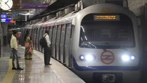 Metro services on the Violet Line between Kashmere Gate and Mandi House metro stations were hit following a signalling snag on Tuesday evening.(Sonu Mehta/HT PHOTO)