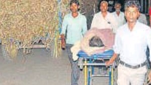 Family members taking Shivani on a stretcher through the jam caused by sugarcane laden vehicles.(HT Photo)