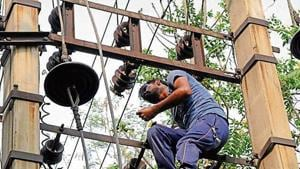 The Profac called a meeting of the residents of the colony on Sunday to address the issue of power cuts. In the meeting, the agency informed the residents that the colony required at least 20 new transformers on rent to ensure better electricity supply over the next four months.(HT Photo)