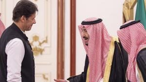 King Salman bin Abdulaziz (C) of Saudi Arabia welcoming Pakistani Prime Minister Imran Khan (L) at the opening session of a summit of the 57-member Organization of Islamic Cooperation (OIC) in the Saudi holy city of Mecca, June 1, 2019.(AFP)