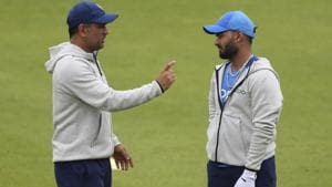 ICCWorld Cup 2019:MSDhoni gives wicket-keeping tips to Rishabh Pant in Manchester