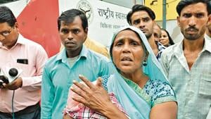 Relatives of the 4-day-old girl who died at a Bareilly hospital.(HT Photo)