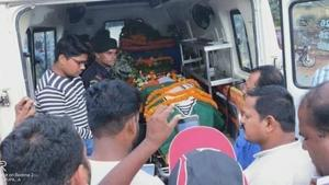 Sahoo's older brother Parameswar said at Khuntuni some BJD workers put up the Green Party flag with the image of a conch on top the tricolour-draped coffin while offering flowers.(HT Photo)