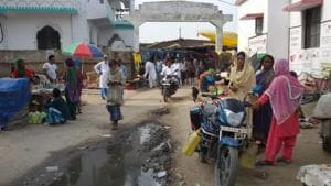 The haat or the local market blocks makes it difficult for ambulances to reach the Primary Health Centre in Dagarua block of Purnia district in Bihar.(HT Photo)