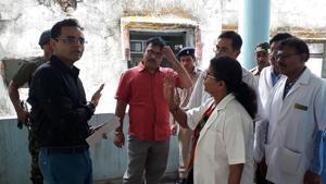 State health secretary Nitin Madan Kulkarni talking to doctors at MGMCH in Jamshedpur (Photo by Manoj Kumar/ Hindustan Times)