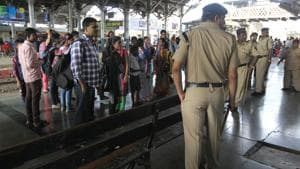With more than 400 record criminal arrests, the Government Railway Police claim they have been successful in curtailing robberies on Mumbai local trains.(HT FIle Photo)