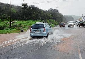 The roads along the Mahabaleshwar-Panchgani route experienced traffic blocks due to overflowing of water and logging.(HT Photo)