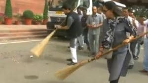 The video of Hema Malini cleaning the premises of Parliament soon became viral.(Twitter/@ANI)