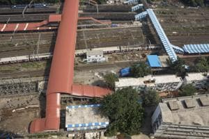 The skywalk will be constructed on the eastern end of Parel station, starting from platforms one and two to the newly-constructed 12m wide foot overbridge and then to the RoB.(Samson Tupdal/HT Photo)