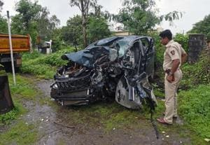 A police officer surveys the wreckage of a car after an accident killed seven of the eight occupants early Wednesday in Satara in Maharashtra.(Pratham Gokhale/HT Photo)