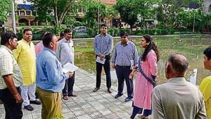 Noida authority CEO Ritu Maheshwari (third from right) also inspected parks in sectors 71, 56 and 108.(HT Photo)