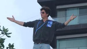 Shah Rukh Khan greets fans outside Mannat on Eid.(Varinder Chawla)