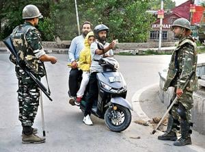 Local residents face security checks during a lockdown in Srinagar.(Photo: AFP)