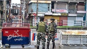 Security personnel stand guard during a lockdown in Srinagar on August 14, 2019, after the Indian government stripped Jammu and Kashmir of its autonomy.(Photo: AFP)