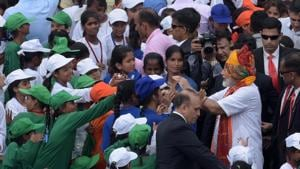 Prime Minister Narendra Modi greeting school children after addressing the nation from the Red Fort on the 73rd Independence Day on Thursday.(MOHD ZAKIR/HT PHOTO.)