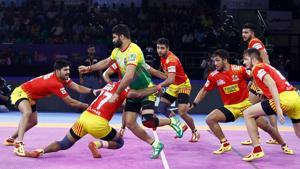 Pardeep Narwal struggles to get past Gujarat defenders.(PKL)