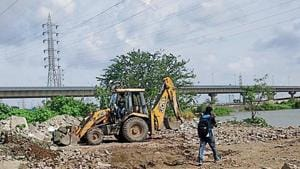 An excavator was spotted dumping debris illegally at Wadala on August 20.(HT Photo)