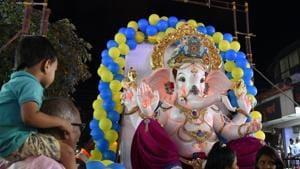 Lord Ganesh Idol being taken to be installed in a pandal in Navi Mumbai.(Bachchan Kumar/ Hindustan Times)