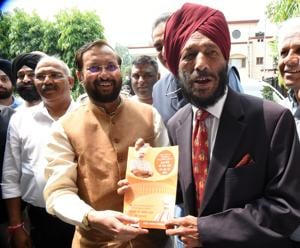 Union minister Prakash Javadekar presenting a booklet on abrogation of Article 370 as part of BJP's campaign to veteran athlete Milkha Singh in Chandigarh on Wednesday.(Sanjeev Sharma/HT)