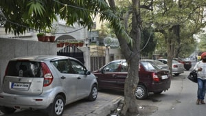 The SC recently made an observation in its judgement about the fights over the issue of parking of vehicles in neighbourhoods.(Burhaan Kinu / HT Photo)
